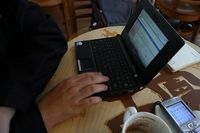 Toying with EeePC at Starbuck